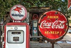 Den Retro gaspumpen och en rostig coca-cola undertecknar på ňRoute 66 Royaltyfri Foto