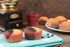 Den Retro kaffekvarnen, kaffe maler kaffekoppen, chokladmuffin, muffin, kaffebönor Wood backg royaltyfri fotografi