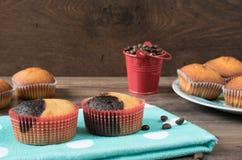 Den Retro kaffekvarnen, kaffe maler kaffekoppen, chokladmuffin, muffin, kaffebönor Wood backg royaltyfri bild
