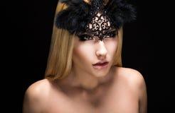 Tjusning. Den fascinerande älskarinnan i svart karneval maskerar med fjädrar. Beskåda Royaltyfria Foton