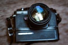 Den Retro slrkameran med fattandet och fastar den 50mm linsen Arkivfoton