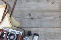 Den Retro stilla kameran och den tomma ögonblicken skyler över brister på träbakgrund Royaltyfria Bilder