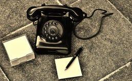 Den Retro telefonen går oss tillbaka anden av den tid royaltyfria bilder