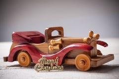 Den Retro träbilen med glad jul undertecknar, julkortet Merr Royaltyfria Bilder