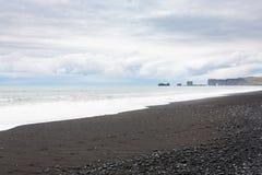 Den Reynisfjara stranden och sikten av Dyrholaey vaggar Royaltyfria Foton