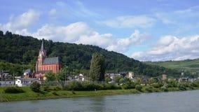Den Rhine River kusten, fartyg och historiska byggnader, kyrkor, rockerar fotografering för bildbyråer