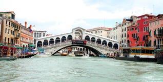 Den Rialto bron i Venedig Arkivbilder
