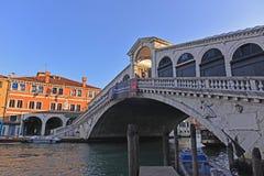Den Rialto bron på Grand Canal i Venedig, Italien Fotografering för Bildbyråer