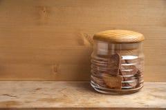 Den ribbade bunken med söta bisquitkaka-hjärtor arkivbild