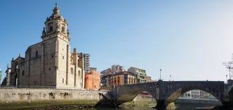 Den Ribera marknaden och kyrkan av San Anton av Bilbao som ses från floden arkivfoto