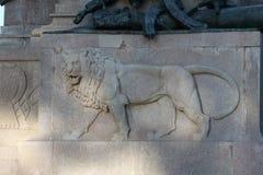 Den rid- monumentet som är hängiven till Giuseppe Garibaldi i Rome - lejondetalj Arkivfoton