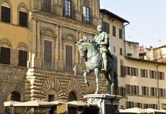 Den rid- monumentet till Cosimo I de Medici på piazzadelen royaltyfria bilder