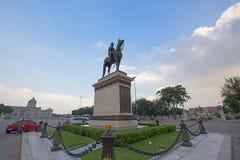 Den rid- statyn av konungen Chulalongkorn Royaltyfri Bild