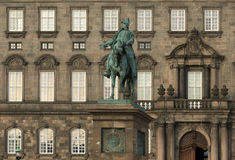 Den rid- statyn av konungen Frederik VII Arkivfoto