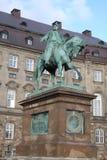Den rid- statyn av konungen Frederik VII framme av den Christiansborg slotten i Köpenhamnen, Danmark Arkivbilder
