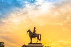 Den rid- statyn av konungen Rama V under solnedgång Arkivfoto