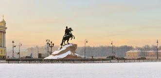 Den rid- statyn av Peter Great placeras i senatfyrkant Arkivbilder