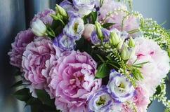 Den rika gruppen av rosa pioner pion och lilaeustomarosor blommar Lantlig stil, stilleben Ny vårbukett, pastell Royaltyfri Bild