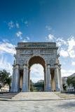 Den rikt dekorerade bågen av den så kallad Victoria fyrkanten i staden av Genua, Italien fotografering för bildbyråer