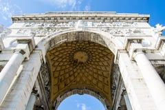 Den rikt dekorerade bågen av den Victoria sqaren, Genua, Italien - uppåtriktad sikt arkivbilder