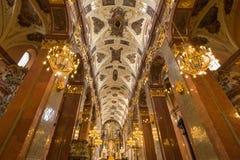 Den rikt dekorerade inre av kyrkan arkivfoton