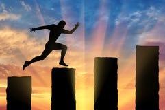 Den rinnande affärsmannen hoppar över klippor Royaltyfri Foto