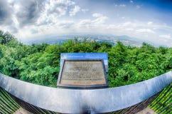 Den Roanoke staden som sedd från maler bergstjärnan på skymning i Virginia Arkivfoton