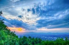 Den Roanoke staden som sedd från maler bergstjärnan på skymning i Virginia royaltyfria bilder