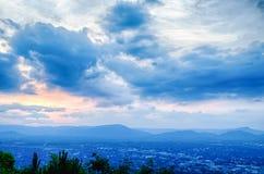 Den Roanoke staden som sedd från maler bergstjärnan på skymning i Virginia royaltyfria foton