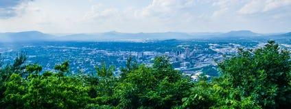 Den Roanoke staden som sedd från maler bergstjärnan på skymning i Virginia Royaltyfri Bild