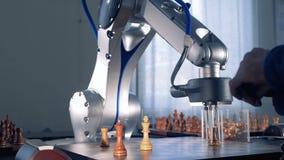 Den Robotic handmanipulatoren flyttar kontrollörer Robot som spelar kontrollörer stock video