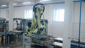Den Robotic maskinen tar h?gar med askar och flyttar dem p? ett lager lager videofilmer