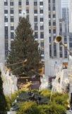 Den Rockefeller mittjulgranen och statyn av Prometheus på den lägre plazaen av Rockefeller centrerar i midtownen Manhattan Arkivfoton