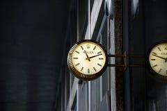 Den Rolex klockan annonserar på ingången till klockalagret arkivbild
