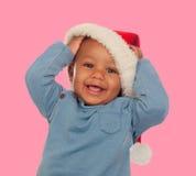 Den roliga afrikanen behandla som ett barn med jullocket royaltyfri fotografi