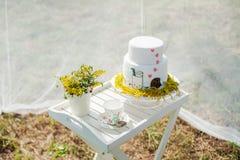Den roliga bröllopstårtan från mastix med en kopp av mjölkar Arkivfoto