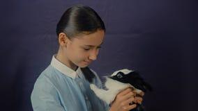 Den roliga easter kaninen spelar med flickan stock video