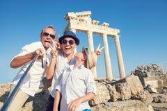 Den roliga familjen tar ett selfiefoto på Apollo Temple kolonnadsikt Arkivbilder
