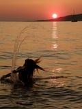 den roliga flickan har solnedgång Arkivfoton