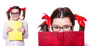 Den roliga flickan med boken på vit Royaltyfria Foton