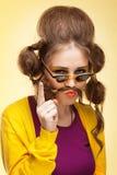 Den roliga flickan med fejkar mustaschen Fotografering för Bildbyråer