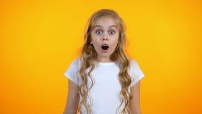 Den roliga flickan med stora ögon förvånade extremt, oväntade försäljningar och rabatter stock video