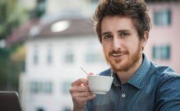 Den roliga grabben med mjölkar mustaschen Arkivbilder