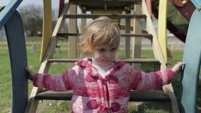 Den roliga gulliga flickan spelar Glat kvinnligt barn som har roligt på lekplats arkivfilmer
