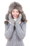 Den roliga kvinnan i vinter beklär att skrika som isoleras på vit Arkivbild