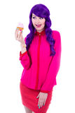 Den roliga kvinnan med den hållande muffin för purpurfärgat hår med rosa färger lagar mat med grädde iso Royaltyfria Bilder