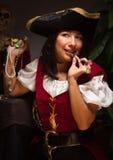 Den roliga kvinnlign piratkopierar plats Arkivfoto