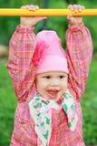Den roliga le caucasianen behandla som ett barn flickan i rosa färger Arkivfoton