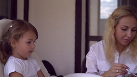 Den roliga lilla flickan har gyckel på lunchtid arkivfilmer