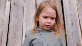 Den roliga lilla flickan skrämdes av en fluga stock video